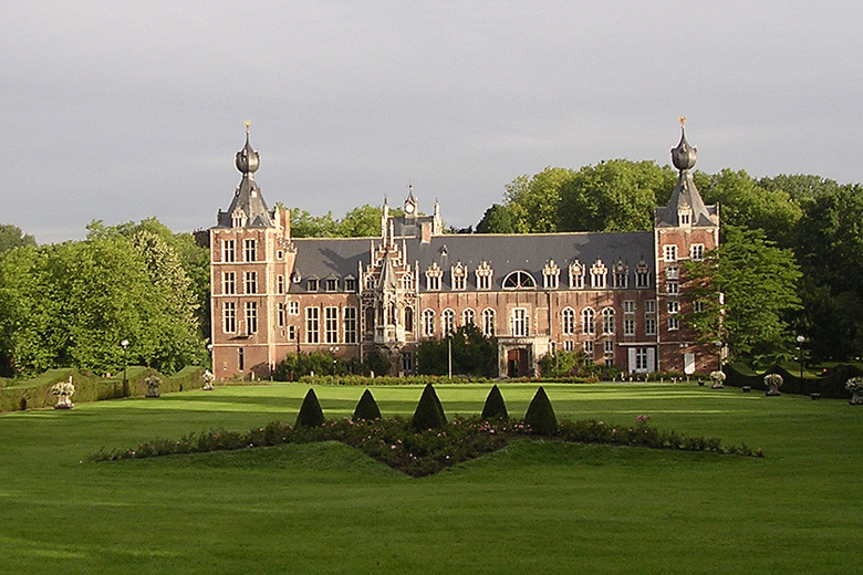 The ITC houses the world's largest collection of bananas. Managed by Bioversity International, under the auspices of FAO, it is located in Belgium, on the grounds of the Katholieke Universiteit Leuven (KULeuven), whose best known landmark is the Arenberg castle. The collection was set up in 1985 and is hosted by the university's Laboratory of Tropical Crop Improvement, which provides extensive expertise on bananas. At the time, only places that do not grow bananas were considered, to avoid the risk of introducing new diseases to native bananas. Being located in a non-producing country also facilitates receipt of banana samples from anywhere in the world, due to the absence of quarantine restrictions. (Photo Anne Vézina)
